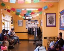 Familias esperan en una clínica de WIC. La Asociación de WIC en California ha escuchado reportes de muchas personas declinando o cancelando WIC por miedo a la nueva disposición de la administración Trump. Foto: Cortesía de California WIC Association.
