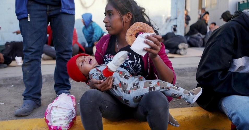 En la fila de varios días de espera inútil para ser recibidos por las autoridades de Inmigración en la frontera de Tijuana-San Ysisdro. Foto: Common Dreams.