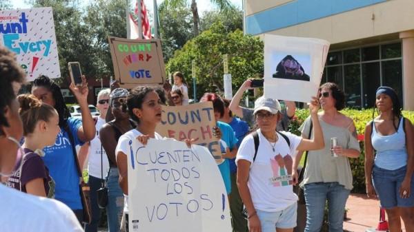 Un grupo de activistas en el sur de La Florida Protestan por os resultados oficiales de las elecciones recién concluidas, exigiendo una Florida para Todos. Foto: Sun Sentinel.