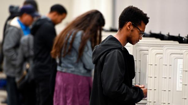 Votantes depositan su voto en una casilla de Marietta, GA. Foto: Mike Stewart/AP