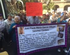 Con mantas alusivas a la zaga de los braceros, mujeres y hombres se manifiestan a las afueras de la Suprema Corte de Justicia en la capital mexicana, CDMX.