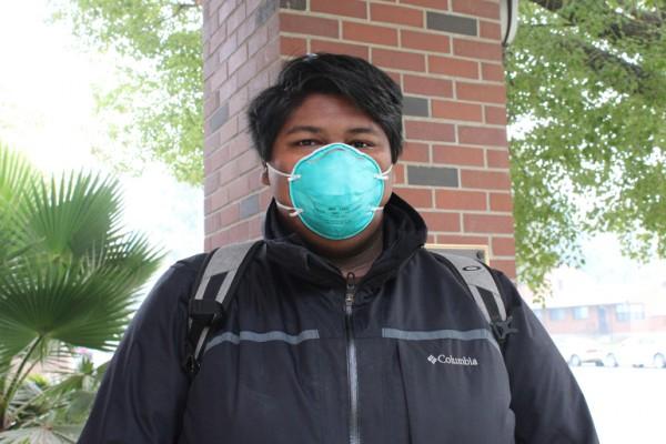 Sisco Martínez, de Sacramento, usa su máscara N95 después de recoger una de una estación de bomberos local. La ciudad de Sacramento está regalando estas máscaras en las estaciones de bomberos Foto: Ana B. Ibarra / California Healthline.