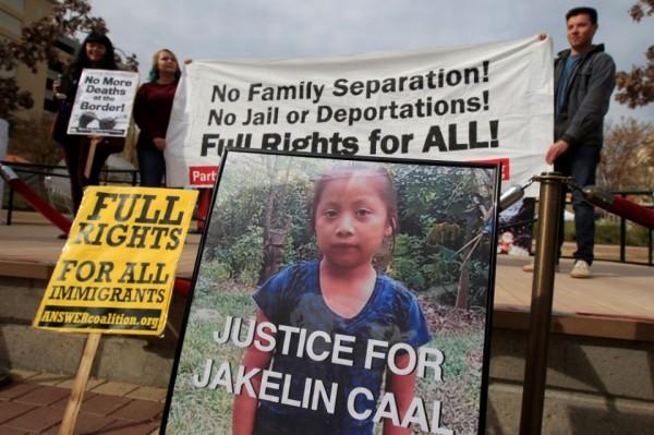 Una foto de Jakelin Caal, una niña de 7 años que murió bajo la custodia de los EE. UU. Después de cruzar ilegalmente desde México hasta los EE. UU., se ve durante una protesta el 15 de diciembre en El Paso, Texas, para exigirle justicia. Foto: José Luis González / Reuters.