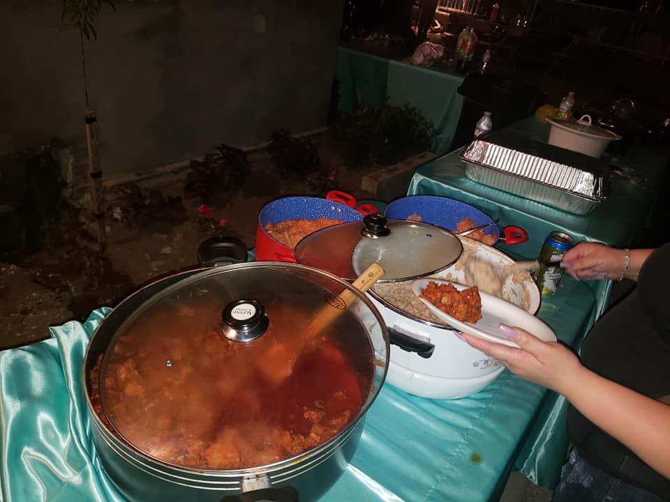 Preparando la comida para una tanda de migrantes que le toca comer.