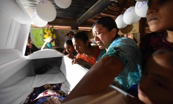 El ataúd de Jakelin Caal es devuelto a su pueblo natal, a 220 millas al norte de la ciudad de Guatemala. Jakelin, de siete años de edad, murió el 8 de diciembre bajo la custodia de funcionarios de la frontera de Estados Unidos. Fotografía: Johan Ordóñez / AFP / Getty Images.