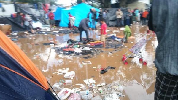 """Otro ángulo de un """"campamento"""" donde algunos  centroamericanos caravanistas en la frontera de Tijuana. Foto: Saúl Sarabia."""