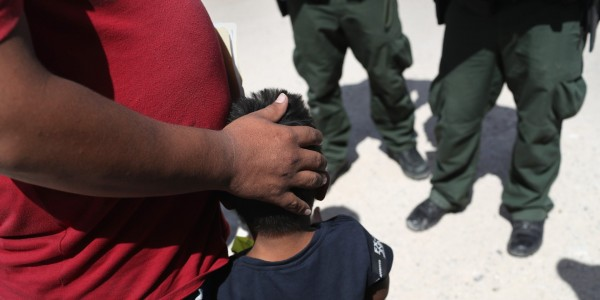 Agentes de la Patrulla Fronteriza de EE. UU. Detienen a un padre e hijo de Honduras cerca de la frontera entre EE. UU. Y México, en las afueras de Mission, Texas, el 12 de junio de 2018. Foto: Getty Images / John Moore.