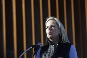 La Secretaria del Departamento de Seguridad Nacional de Estados Unidos, Kirstjen Nielsen, habla frente a una estructura de muro fronterizo recientemente fortificada el viernes 26 de octubre de 2018. Foto: AP.