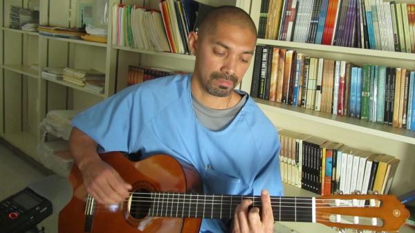 Cristian Rodriguez,  esta contento porque ahora si tienen verdaderos maestros para ensenarles a tocar la guitarra. Foto de Ruben Tapia.