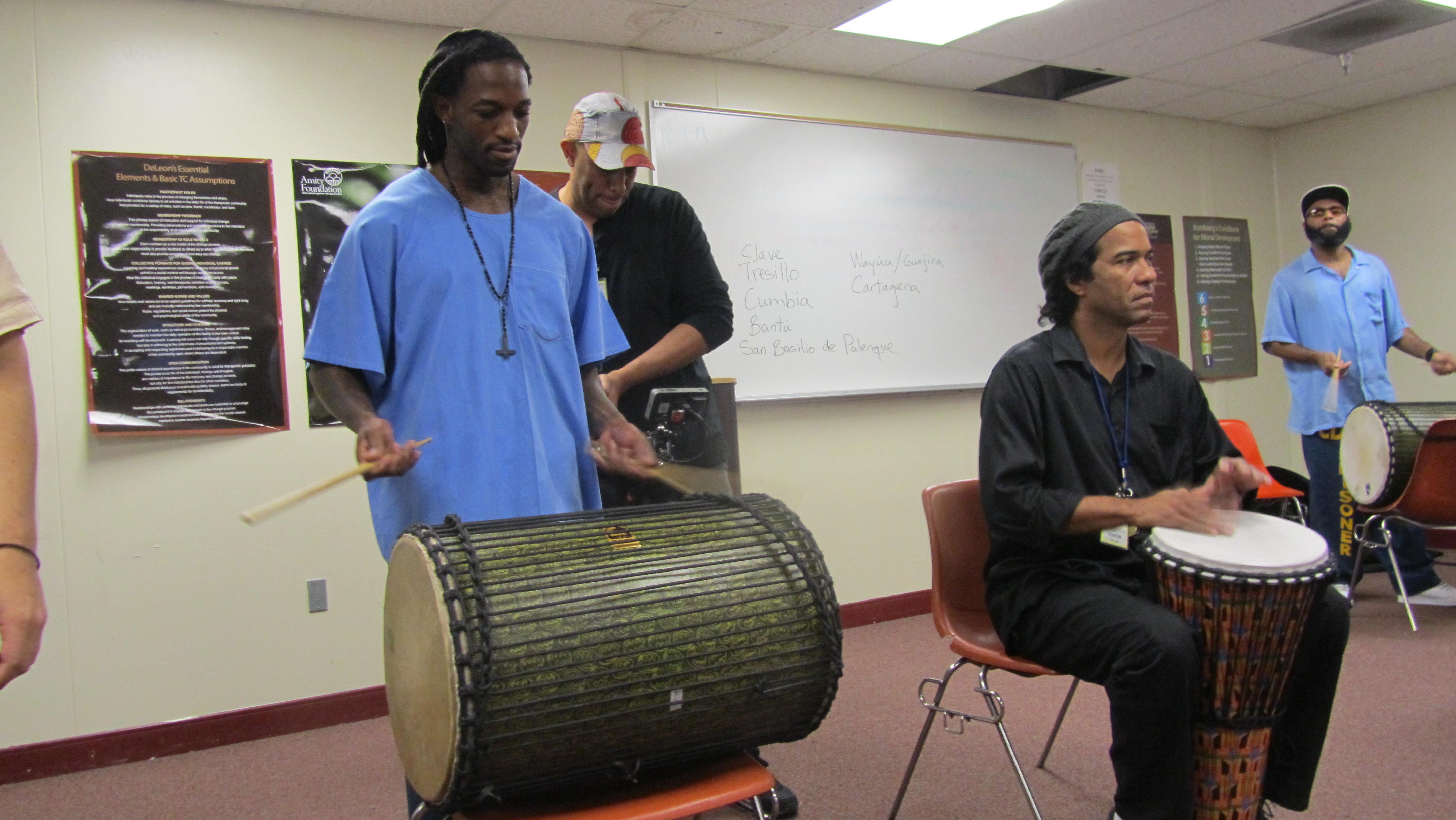 Eugene Mitchell, de pie,  practica junto al maestro Eduardo Martinez sentado. Foto de Ruben Tapia