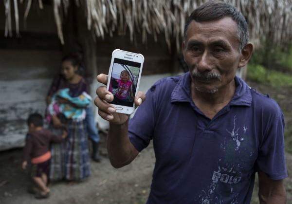 Domingo Caal Chub, de 61 años de edad, sostiene un teléfono celular que muestra una foto de su nieta Jakelin Caal Maquin, Foto: Prensa Asociada.