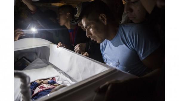 Miembros de la familia presentan sus respetos finales a Jakelin Caal Maquin, durante un servicio fúnebre en la casa de su abuelo en San Antonio Secortez, Guatemala, el lunes 24 de diciembre de 2018. La niña murió bajo la custodia de la Patrulla Fronteriza de Estados Unidos. Su cuerpo fue entregado a sus familiares en su Guatemala natal este lunes para su último adiós. Foto: AP / Oliver de Ros.