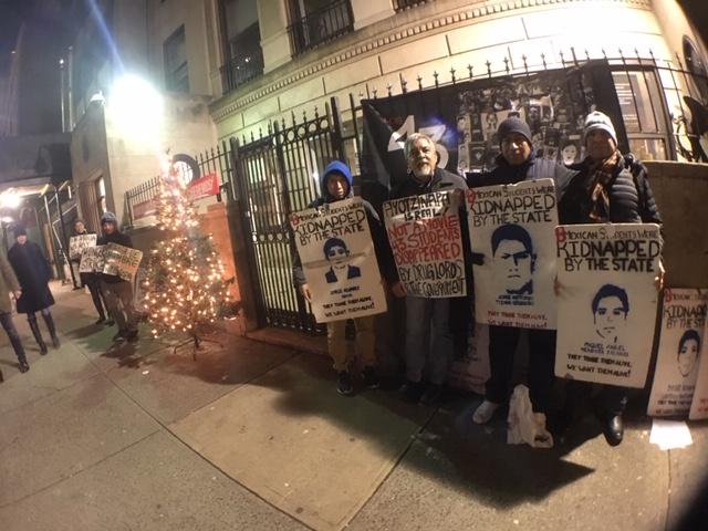 Frente al Consulado de México en la ciudad de Nueva York, en reclamo por la aparición de los 43 normalistas de Ayotzinapa, Guerrero, y de todos los que faltan.