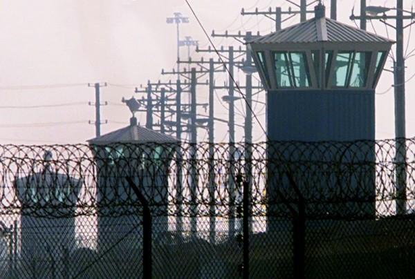 Las torres de vigilancia se alinean en el perímetro occidental de la prisión estatal de Corcoran, en Corcoran, California. Foto: Eric Paul Zamora / Fresno Bee.