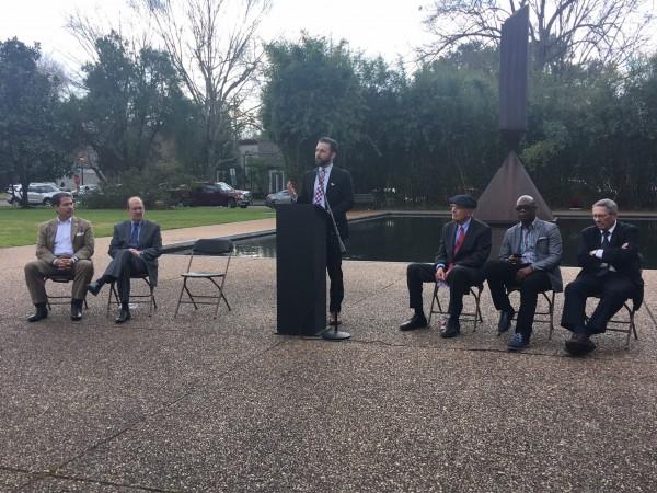 Jay Jenkins, abogado de la Coalición por la Justicia Criminal de Texas señala desde el podio improvisado que la gente continua en la cárcel porque simplemente no pueden solventar una fianza para esperar su juicio o condena en libertad condicional.
