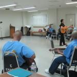 Lorenzo Martinez y Mary Alfaro, dan clases de guitarra a presos de Ironwood.
