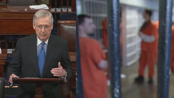 El senador republicano Mitch McConnell cede a las demandas del voto del Senado de los Estados Unidos sobre el proyecto de ley de reforma de la justicia penal. Foto: WDRB.com.