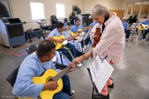 Carmencristina Moreno enseña canto y guitarra en la prisión estatal de Avenal. Foto de Peter Merts.