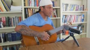 Raymond Abarcan, canta una canción de su autoria. Foto de Ruben Tapia