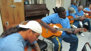 Raymond Abarcan y rapero Rudolph Flower durante las clases de guitarra. Foto de Ruben Tapia.
