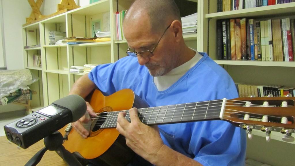 Rich Snyder, toca Black Bird, famosa cancion del Beatle Paul McCarthy