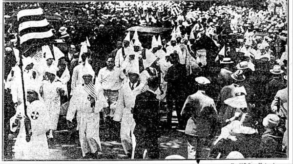 Durante la manifestación del KKK encapuchado en Brooklyn NY y su enfrentamiento con la policía en 1927, en donde resultó arrestado el padre del presidente, Fred Trump. Foto: www.vice.com.
