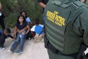 Solicitantes de asilo de América Central esperan mientras la Patrulla Fronteriza de los Estados Unidos los traslada a un centro de detención en McAllen, Texas. Foto: San Antonio Express-Noticias.