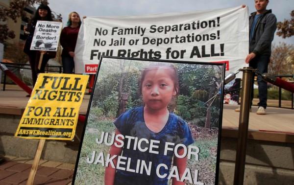 En la fotografía de Jakelin Caal Maquín, una niña de 7 años que murió bajo la custodia de la agencia federal de Aduanas y Protección Fronteriza de Estados Unidos, en una protesta en El Paso, Texas, el 16 de diciembre de 2018. Foto: José Luis González / The Nation / Reuters.