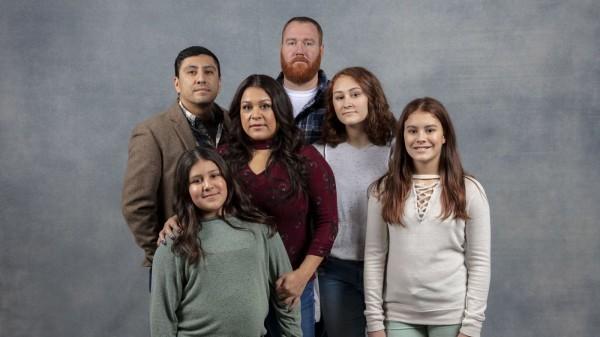 """A la izquierda Rudy Valdez, cineasta creador de la cinta """"The Sentence"""", luego su hermana Cindy Shank; atrás el esposo de Cindy y al lado y enfrente las tres hijas. Foto:  www.dorriolds.com."""