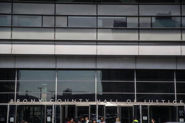 Agentes federales arrestaron recientemente a un inmigrante indocumentado de Costa de Marfil cuando salía de la Corte Penal del Bronx, como parte de la política de Trump. En una 'Ciudad Santuario', los inmigrantes aún están en riesgo. Foto: The New York Times.