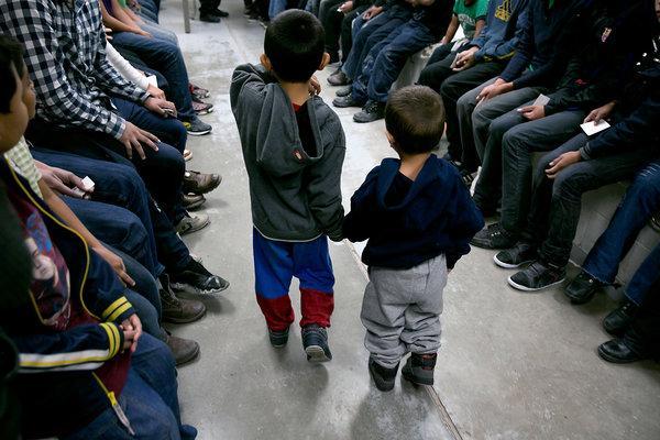 Hermanos, de 4 y 3 años de edad, de El Salvador, como parte de los presos en una estación de la Patrulla Fronteriza en Brownsville, Texas, en 2014. Foto: Todd Heisler / The New York Times.