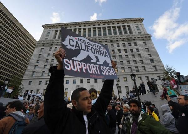 """Apoyando la """"Ley Santuario"""", SB 54 en las calles ante los ataques de quienes revocarla. Foto: AFP."""