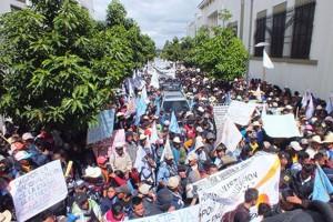 Indígenas y campesinos guatemaltecos invaden calles de la capital en protesta por la violencia y el despojo de territorios ancestrales y el asesinato de su líderes. Foto: comunitariapress.wordpress.com.