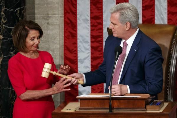 La líder de la minoría demócrata en la Cámara de Representantes, Nancy Pelosi recibe el mazo de mando para presidir de parte del republicano Kevin McCarthy, tras ser elegida como la nueva portavoz de la cámara baja. Foto: The Portland Press Herald.