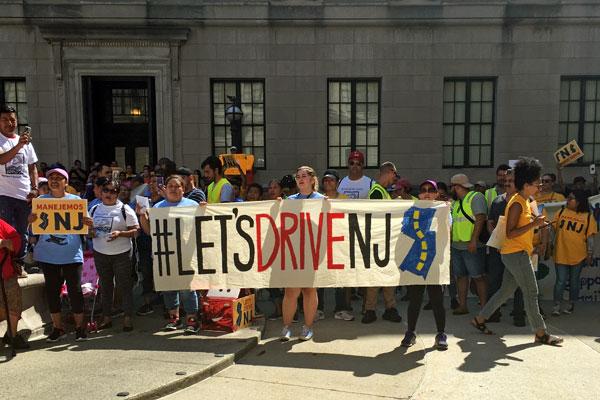 Inmigrantes se pronuncian públicamente en apoyo a la licencia de conducer para indocumentados. Foto: NJ Spotlihgt.