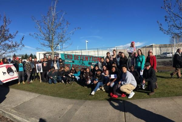 Activistas del Resistencia al NWDC, a las afueras del Centro de Detención del Noroeste, en Tacoma, Washington. Foto: de la página de Facebook del NWDC Resistance.