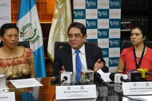 Procurador de los Derechos Humanos, Jordan Rodas agradece al pueblo de Guatemala el apoyo a la lucha de los indígenas, en una comparecencia pública al lado de dos líderes guatemaltecas. Foto: elperiodico.com.gt.