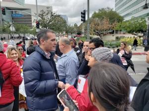 Alcalde de Los Ángeles, Eric Garcetti, mediador en la escucha a unos maestros y padres de familia.