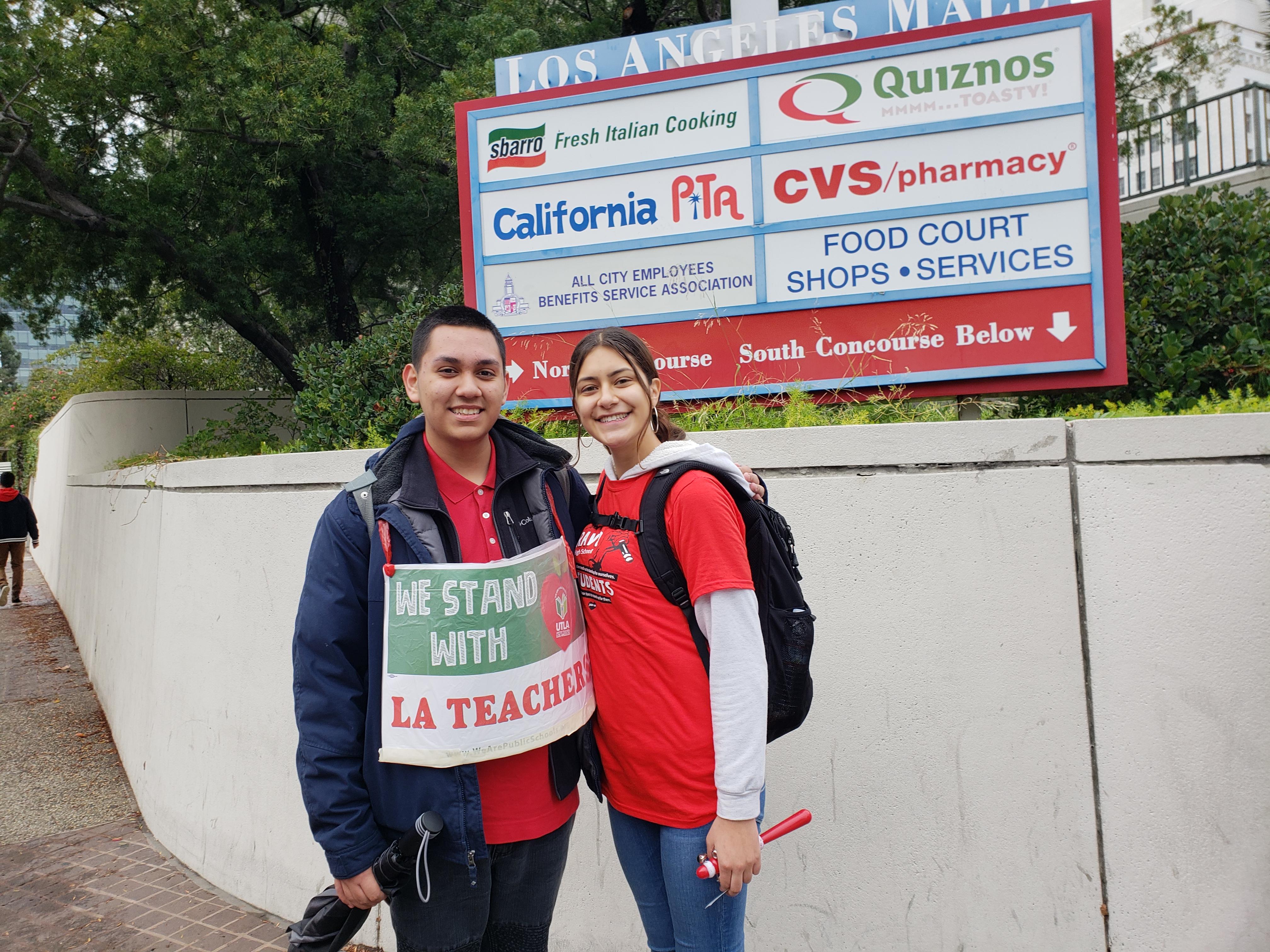 Estudiantes Isabel Cazares y Nathan Sierra no fueron a clases por marchar junto a sus maestros