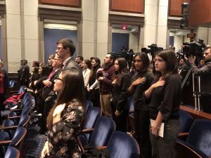 En el Auditorio del Capitolio, la asistencia salud el acto protocolario del nuevo ingreso.