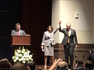 La nueva vocera de la Cámara de Representantes en el Congreso 116th, la demócrata Nancy Pelosi con el brazo en alto.