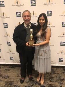 Mariana Pineda comparte el crédito del premio Micrófono de Oro con el productor de Edición Semanaria, Rubén Tapia, y con el equipo de Radio Bilingüe.