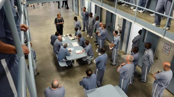 La Secretaria del Departamento de Correccionales de Florida, Julie Jones visita a los reclusos de la Institución Correccional de Wakulla, y les informa sobre el procedimiento para recuperar su derecho al voto. Foto: Departamento de Correcciones de La Florida.