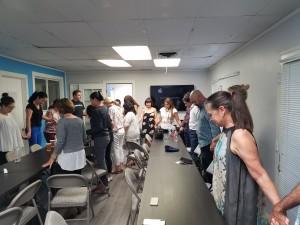 Personas solidarias con la labor de Virginia, en círculo de oración, poco antes que les pidieran el local.