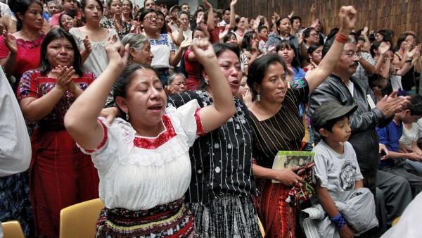 En un evento público para celebrar los más de 500 años de resistencia indígena a la colonización. Foto: Los Angeles Times.