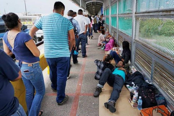 Migrantes durmiendo en un puente internacional de McAllen, Texas, mientras esperan, a veces hasta semanas enteras para ser admitidos por las autoridades fronterizas estadunidenses, para pedir asilo. Foto: www.ngnews.ca.