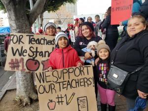Wendy Pérez, sus 3 hijos y su mamá, fueron a apoyar a sus maestros.