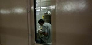 Persona detenida en una cárcel de ICE. Foto: National Immigrant Justice Center.