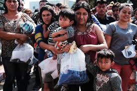 Docenas de mujeres, hombres y sus hijos, muchos de los cuales huyen de la pobreza y la violencia en Honduras, Guatemala y El Salvador, llegan a una estación de autobuses luego de ser liberados de Aduanas y Protección Fronteriza el 23 de junio de 2018 en McAllen, Texas. Foto: http://orangenews9.com.