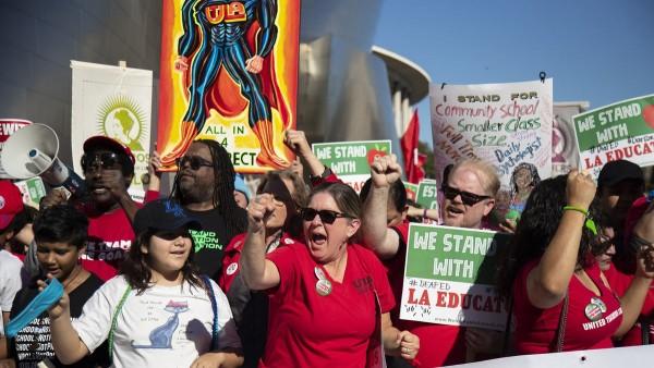 Maestros de escuelas públicas inundan céntricas calles y avenidas de Los Ángeles en lucha. Foto:  Los Angeles Times.